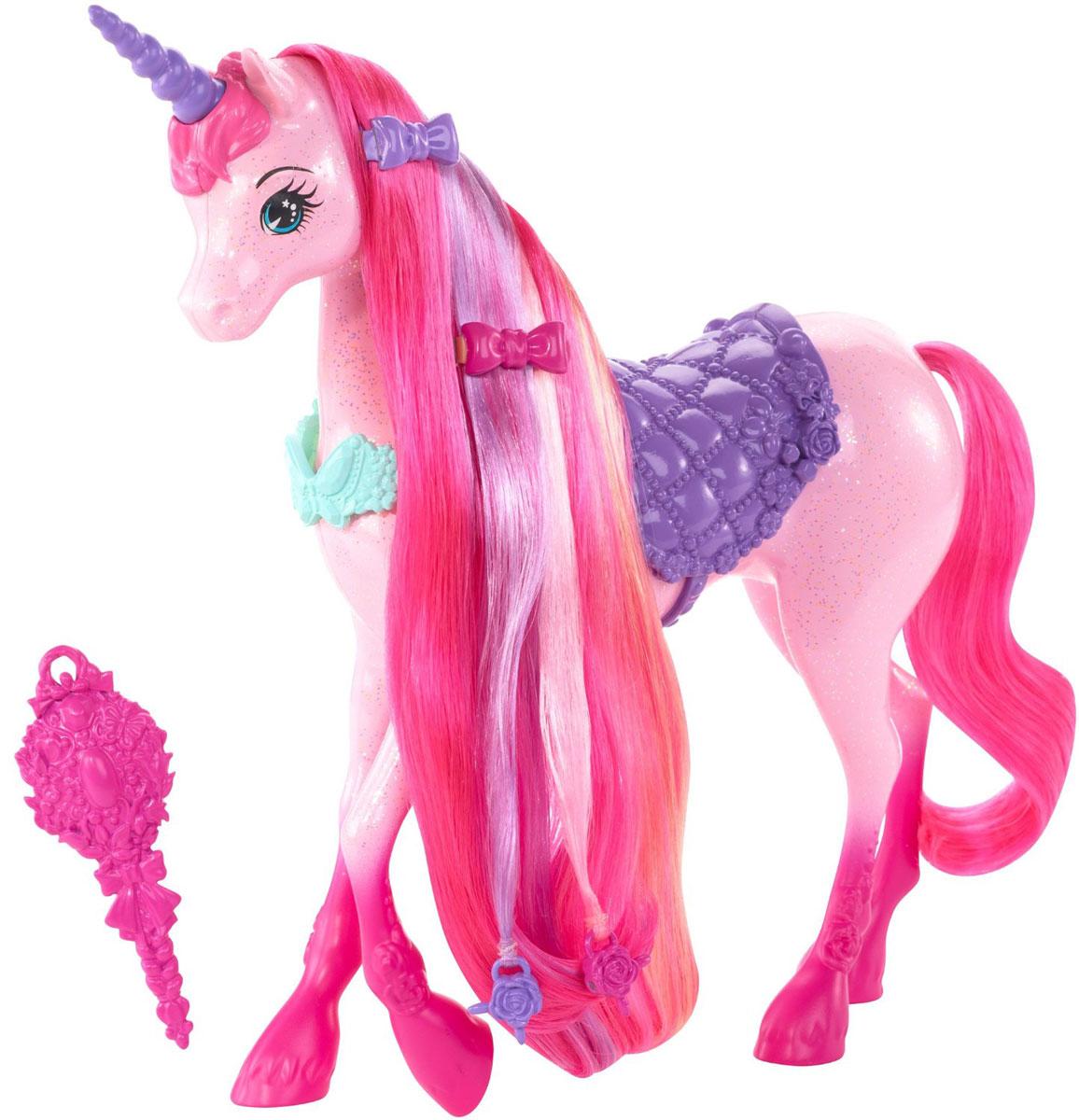 Barbie Фигурка ЕдинорогDHC38Фигурка Barbie Единорог ждет, когда ее причешут! К розовой фигурке- единорогу прилагаются щетка для гривы, две заколки и ожерелье, в котором она станет совсем неотразимой. Заколки украшены фирменной символикой и подойдут не только кукле, но и хозяйке! Чтобы придать гриве еще больше разнообразия, пряди с бусинками можно заплетать устройством из набора Барби Королевство длинных кос - быстрое плетение продается отдельно). Бусины, две или три вместе, надо вставить в устройство, а потом просто нажать кнопку, и прядки мгновенно будут заплетены одним из двух простых способов на выбор юного парикмахера. Весело, красиво и есть где проявить фантазию! Ваша дочурка будет в восторге от такого подарка!