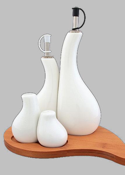 Набор для специй Elan Gallery Айсберг, 5 предметов. 540080540080Традиционный набор для специй Elan Gallery Айсберг состоит из 2 емкостей для перца и соли, 2 емкостей для масла и уксуса, подставки. Изделия изготовлены из высококачественной керамики и выполнены в оригинальном дизайне. Перечница и солонка оснащены отверстиями для высыпания и наполнения специй. Емкости для масла и уксуса закрываются специальной пробкой, жидкости не выдыхаются и сохраняют первоначальный вкус. Все предметы помещаются на удобную деревянную подставку. Такой оригинальный набор придется по вкусу даже самым требовательным хозяйкам и придаст особый шарм и очарование сервируемому столу. Размер подставки (ДхШхВ): 23 см х 16,5 см х 1,2 см. Высота перечницы: 6 см. Высота солонки: 8,5 см. Диаметр основания солонки и перечницы: 4 см. Высота емкостей для масла и уксуса (без учета крышки): 18 см; 14 см. Диаметр основания емкостей для масла и уксуса: 6,7 см. Объем емкостей для масла и уксуса: 200 мл; 300 мл.
