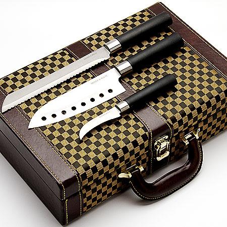 Набор ножей в дипломате Mayer & Boch, 10 предметов. 2305423054Набор ножей 10 пр.(8 ножей+точилка+дипломат) Материал ножей:нерж.сталь,пластик Дипломат:кожа,ПВХ,дерево. Длина лезвий: 18,5 см;20,5 см;21,5 см;17,2 см;16,6 см;12,6 см;11,1 см;8 см Длина точилки: 19,1 см Размер дипломата:37х24х10 см Вес:2,3 кг Оригинальный набор ножей в кожаном чемоданчике станет прекрасным подарком как для начинающих зозяек,так и для кулинарных Профи, потому что он содержит в себе все необходимые виды ножей,для ежедневного приготовления блюд.А качественная нержавеющая сталь не позволит испортить вкус и вид приготовленных Вами шедевров.Специальный дизайн рукоятки обеспечивает комфортный и легко конторолируемый захват, что дает дополнительное удобство при работе ножом.Точилка,которая входит в набор,поможет Вам поддерживать ножи в рабочем состоянии. Готовьте с удовольствием.