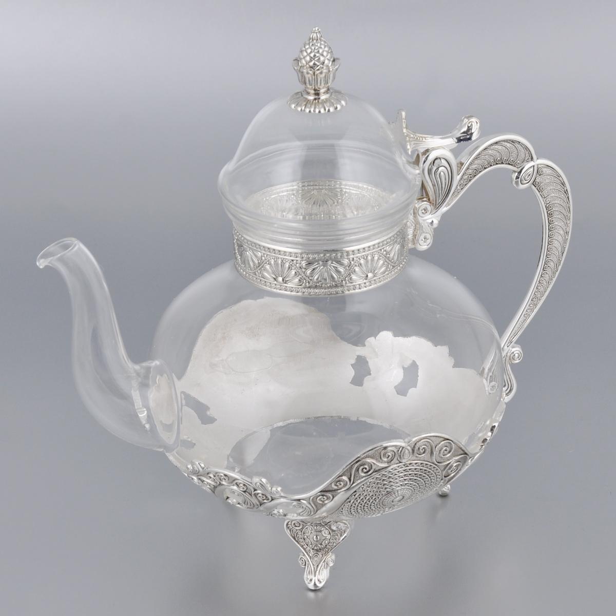 Чайник Marquis, высота 22 см. 2196-MR2196-MRЗаварочный чайник Marquis в восточном стиле изготовлен из стекла и стали с серебряно-никелевым покрытием. Внешняя поверхность украшена изящным рельефом. Чайник оснащен высоким носиком, большой ручкой и съемной крышкой. Такой чайник прекрасно подойдет для заварки чая, а также для хранения и сервировки соусов. Чайник Marquis - это великолепный подарок на любое торжество, а также приятный предмет для сервировки праздничного стола. Высота чайника: 22 см. Диаметр чайника по верхнему краю: 7,6 см Диаметр основания: 9,3 см.