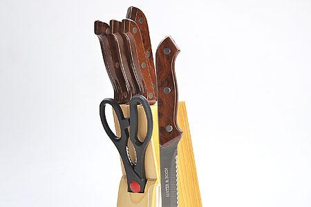 Набор ножей Mayer & Boch. 503503Набор кухонных ножей на деревянной подставке 7 предметов (длина лезвия): - нож для рубки 15,2 см - нож хлебный 17,8 см - нож для выемки костей 13,3 см - нож универсальный 11,4 см - нож для чистки 8,9 см - ножницы 21,6 см - деревянная подставка Материал: нержавеющая сталь (2CR13), полипропилен (РР), древесина (сосна). Размер упаковки:34х13,5х7,5 см. Вес: 1,030 кг Набор ножей изготовлен из высококачественной нержавеющей стали. Удобные ручки, выполненные из пластика, не позволят выскользнуть из вашей руки. Предметы набора компактно размещаются в стильной подставке, которая выполнена из высококачественной древесины с полимерным покрытием. В набор также входит точилка, благодаря которой, ваши ножи всегда будут заточены и резка будет доставлять Вам только удовольствие. Такой набор предоставит вам все необходимые возможности в успешном приготовлении пищи и порадует вас своими результатами.