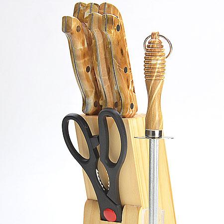 Набор ножей Mayer & Boch, 9 предметов. 485485Набор ножей на деревянной подставке 9 предметов (длина лезвия): - нож поварской 15,2 см - нож хлебный 17,8 см - нож для разделки мяса 17,8 см - нож для выемки костей 13,3 см - нож универсальный 11,4 см - нож для очистки 8,9 см - ножницы 21,6 см - деревянная подставка Материал: нержавеющая сталь (2CR13), полипропилен (РР), древесина (сосна) Размер упаковки:14,7х8,6х33,7см вес 1,250 кг Набор ножей изготовлен из высококачественной нержавеющей стали. Удобные ручки, выполненные из пластика, не позволят выскользнуть из вашей руки. Предметы набора компактно размещаются в стильной подставке, которая выполнена из высококачественной древесины с полимерным покрытием. В набор также входит точилка, благодаря которой, ваши ножи всегда будут заточены и резка будет доставлять Вам только удовольствие. Такой набор предоставит вам все необходимые возможности в успешном приготовлении пищи и порадует вас своими результатами.
