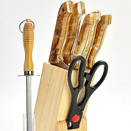 Набор ножей Mayer & Boch, 8 предметов. 480480Набор ножей на деревянной подставке 8 предметов (длина лезвия): - нож для рубки 15,2 см - нож хлебный 17,8 см - нож для выемки костей 13,3 см - нож универсальный 11,4 см - нож для очистки 8,9 см - ножницы 21,6 см - деревянная подставка Материал: нержавеющая сталь (2CR13), полипропилен (РР), древесина (сосна) Размер упаковки:14,7х7х33,7см вес 1,060 кг Набор ножей изготовлен из высококачественной нержавеющей стали. Удобные ручки, выполненные из пластика, не позволят выскользнуть из вашей руки. Предметы набора компактно размещаются в стильной подставке, которая выполнена из высококачественной древесины с полимерным покрытием. В набор также входит точилка, благодаря которой, ваши ножи всегда будут заточены и резка будет доставлять Вам только удовольствие. Такой набор предоставит вам все необходимые возможности в успешном приготовлении пищи и порадует вас своими результатами.