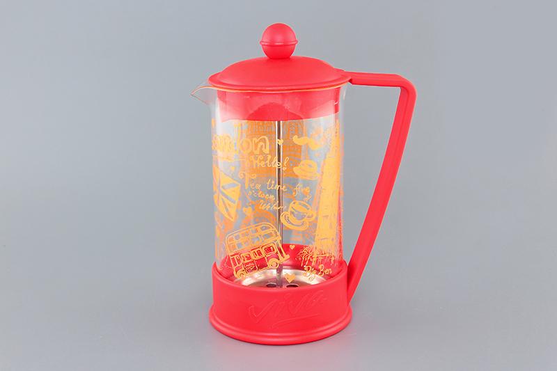 Френч-пресс Viva London, 600 мл570038 BF-720(600)Френч-пресс Viva London незаменим для любителей чая и кофе. Чайник имеет подставку с ручкой из пластика. Емкость выполнена из термостойкого боросиликатного стекла, устойчивого к 180°С. Емкость прозрачная, что позволяет видеть количество жидкости в чайнике. Поршень из нержавеющей стали используется для отжима чая и фильтрации. Френч-прессом легко пользоваться. Положите в чайник чай или кофе грубого помола, наполните водой, установите крышку с поднятым поршнем и оставьте на 5 минут, опустите поршень. Весь осадок останется внизу, и вы получите отфильтрованный напиток. Такой чайник очень удобен и практичен в эксплуатации. Можно мыть в посудомоечной машине.