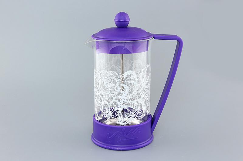 Френч-пресс Viva Кружево цветы, 600 мл570040 BF-725(600)Френч-пресс Viva Кружево цветы незаменим для любителей чая и кофе. Чайник имеет подставку с ручкой из пластика. Емкость выполнена из термостойкого боросиликатного стекла, устойчивого к 180°С. Емкость прозрачная, что позволяет видеть количество жидкости в чайнике. Поршень из нержавеющей стали используется для отжима чая и фильтрации. Френч-прессом легко пользоваться. Положите в чайник чай или кофе грубого помола, наполните водой, установите крышку с поднятым поршнем и оставьте на 5 минут, опустите поршень. Весь осадок останется внизу, и вы получите отфильтрованный напиток. Такой чайник очень удобен и практичен в эксплуатации. Можно мыть в посудомоечной машине.