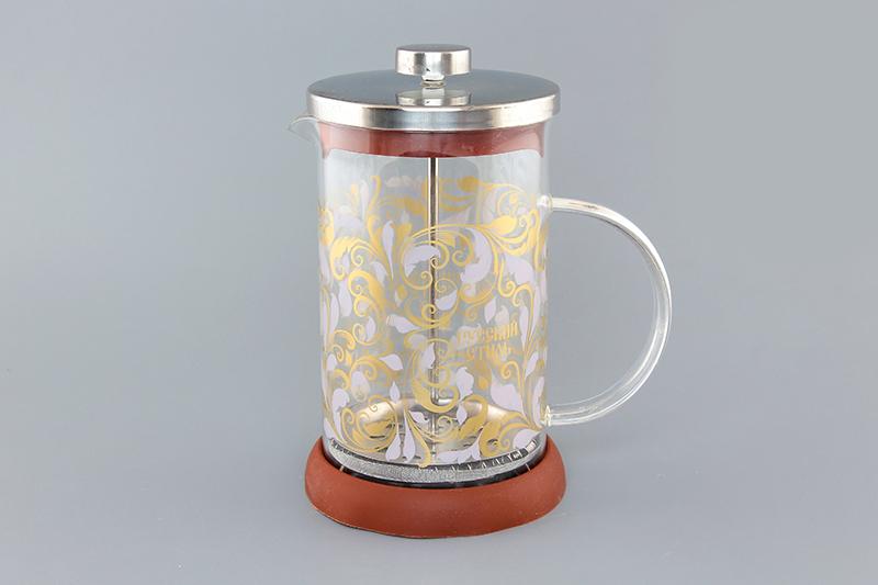 Френч-пресс Viva DeLuxe Русские узоры, 800 мл570055 BF-745(800)Френч-пресс Viva DeLuxe Русские узоры незаменим для любителей чая и кофе. Чайник имеет подставку из силикона, которая защищает поверхность стола и столешниц. Емкость выполнена из термостойкого боросиликатного стекла, устойчивого к 180°С. Емкость прозрачная, что позволяет видеть количество жидкости в чайнике. Поршень из нержавеющей стали используется для отжима чая и фильтрации. Френч-прессом легко пользоваться. Положите в чайник чай или кофе грубого помола, наполните водой, установите крышку с поднятым поршнем и оставьте на 5 минут, опустите поршень. Весь осадок останется внизу, и вы получите отфильтрованный напиток. Такой чайник очень удобен и практичен в эксплуатации. Диаметр колбы: 10 см.
