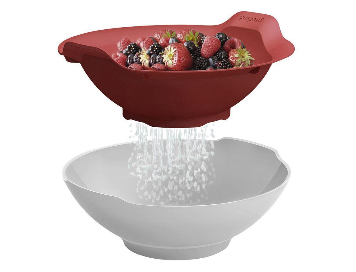 Набор для кухни Prepara, 2 предметаPP06-CSRDНабор для кухни Prepara включает в себя дуршлаг и миску. Предметы выполнены из высококачественного ударопрочного пластика. Дуршлаг можно компактно хранить в миске. Стильно и удобно сервируйте овощи, фрукты, зелень, и многое другое к столу. Промойте в дуршлаге и дайте стечь остаткам капель в миску - прямо на столе! Яркие цвета и высокое качество отлично впишутся в дизайн любой кухни. Можно мыть на верхней полке посудомоечной машины. Диаметр миски по верхнему краю: 21 см. Диаметр дна миски: 10 см. Высота миски: 7,5 см. Диаметр дуршлага без учета ручек: 21 см. Высота дуршлага: 8 см. Диаметр дна дуршлага: 10 см.