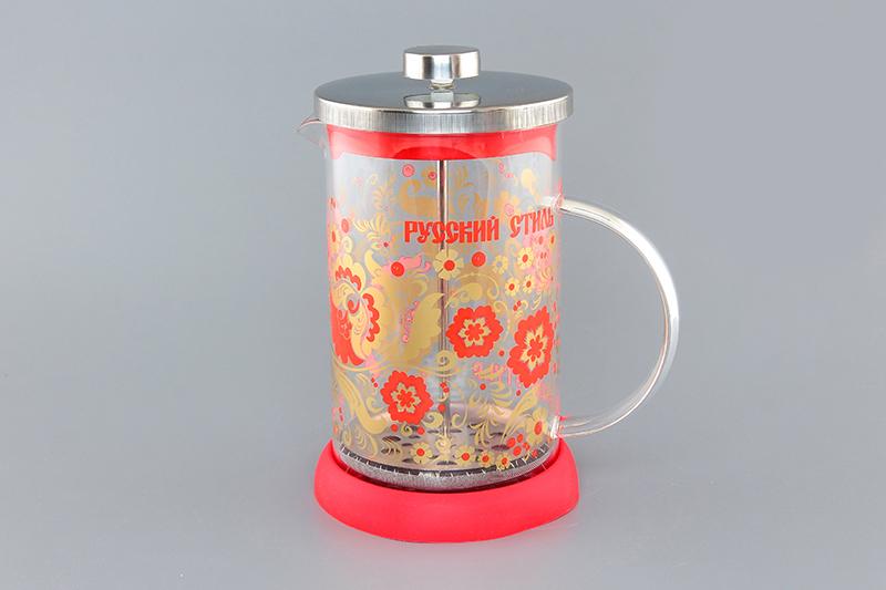 Френч-пресс Viva DeLuxe Хохлома, 800 мл570054 BF-744(800)Френч-пресс Viva DeLuxe Хохлома незаменим для любителей чая и кофе. Чайник имеет подставку из силикона, которая защищает поверхность стола и столешниц. Емкость выполнена из термостойкого боросиликатного стекла, устойчивого к 180°С. Емкость прозрачная, что позволяет видеть количество жидкости в чайнике. Поршень из нержавеющей стали используется для отжима чая и фильтрации. Френч-прессом легко пользоваться. Положите в чайник чай или кофе грубого помола, наполните водой, установите крышку с поднятым поршнем и оставьте на 5 минут, опустите поршень. Весь осадок останется внизу, и вы получите отфильтрованный напиток. Такой чайник очень удобен и практичен в эксплуатации. Диаметр колбы: 10 см.