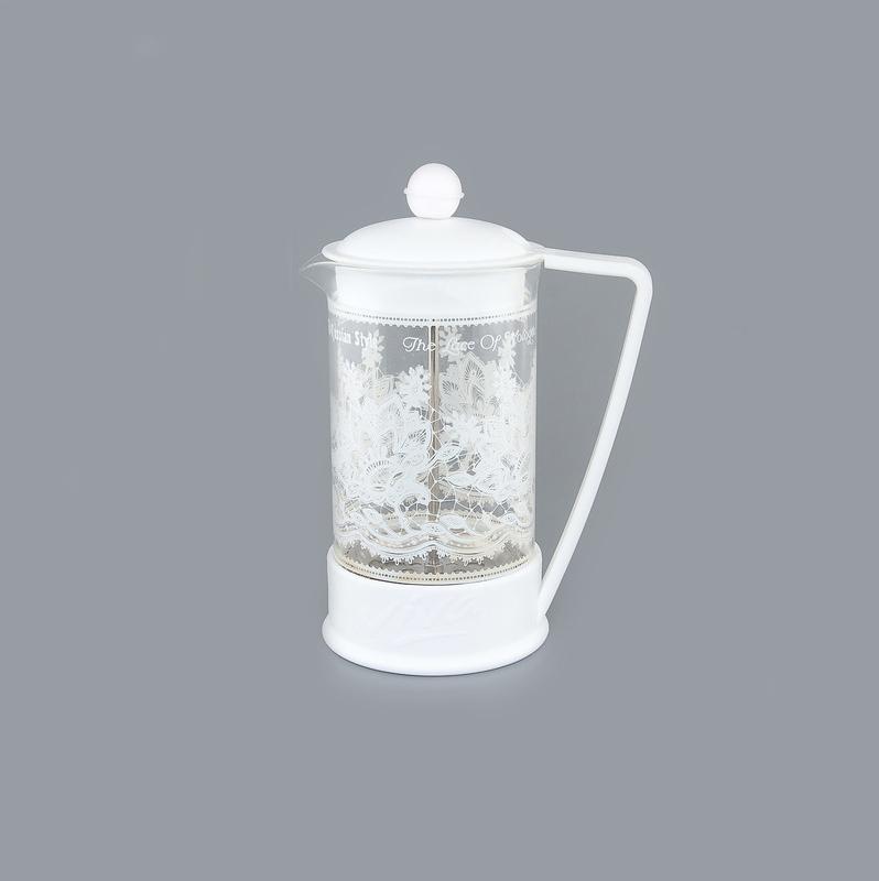 Френч-пресс Viva Вологодское кружево, цвет: прозрачный, белый, 600 мл570043 BF-727(600) whiteФренч-пресс Viva Вологодское кружево незаменим для любителей чая и кофе. Чайник имеет подставку с ручкой из пластика. Емкость выполнена из термостойкого боросиликатного стекла, устойчивого к 180°С. Емкость прозрачная, что позволяет видеть количество жидкости в чайнике. Поршень из нержавеющей стали используется для отжима чая и фильтрации. Френч-прессом легко пользоваться. Положите в чайник чай или кофе грубого помола, наполните водой, установите крышку с поднятым поршнем и оставьте на 5 минут, опустите поршень. Весь осадок останется внизу, и вы получите отфильтрованный напиток. Такой чайник очень удобен и практичен в эксплуатации. Можно мыть в посудомоечной машине.