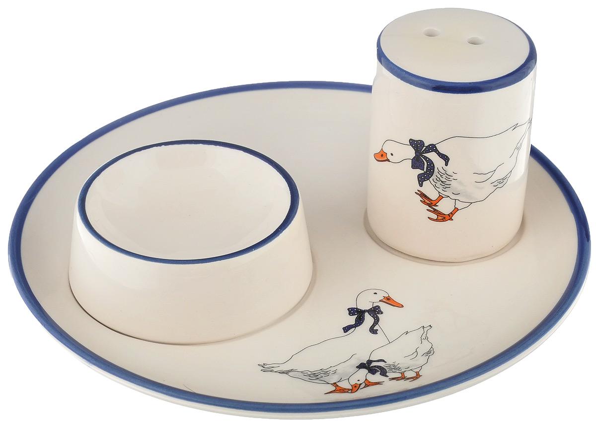 Набор для завтрака Loraine Гуси, цвет: белый, синий, 2 предмета4713Подставка для яйца Loraine Гуси выполнена из высококачественной керамики и состоит из самой подставки, прикрепленной к тарелке и солонки. Благодаря эксклюзивному дизайну, эстетичности и функциональности, такое изделие займет достойное место среди вашего кухонного инвентаря и стильно дополнит сервировку стола. Качество исполнения и безопасные экологически чистые материалы делают набор Loraine Гуси очень практичным и долговечным. Размер солонки: 3,5 см х 5 см. Диаметр тарелки: 14 см. Диаметр емкости для яйца: 5 см.