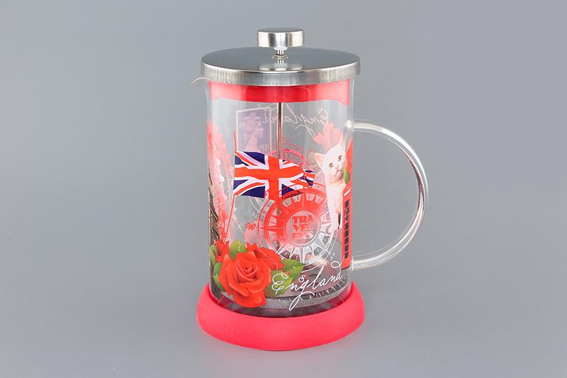 Френч-пресс Viva DeLuxe England, 800 мл570052 BF-741(800)Френч-пресс Viva DeLuxe England незаменим для любителей чая и кофе. Чайник имеет подставку из силикона, которая защищает поверхность стола и столешниц. Емкость выполнена из термостойкого боросиликатного стекла, устойчивого к 180°С. Емкость прозрачная, что позволяет видеть количество жидкости в чайнике. Поршень из нержавеющей стали используется для отжима чая и фильтрации. Френч-прессом легко пользоваться. Положите в чайник чай или кофе грубого помола, наполните водой, установите крышку с поднятым поршнем и оставьте на 5 минут, опустите поршень. Весь осадок останется внизу, и вы получите отфильтрованный напиток. Такой чайник очень удобен и практичен в эксплуатации. Диаметр колбы: 10 см.