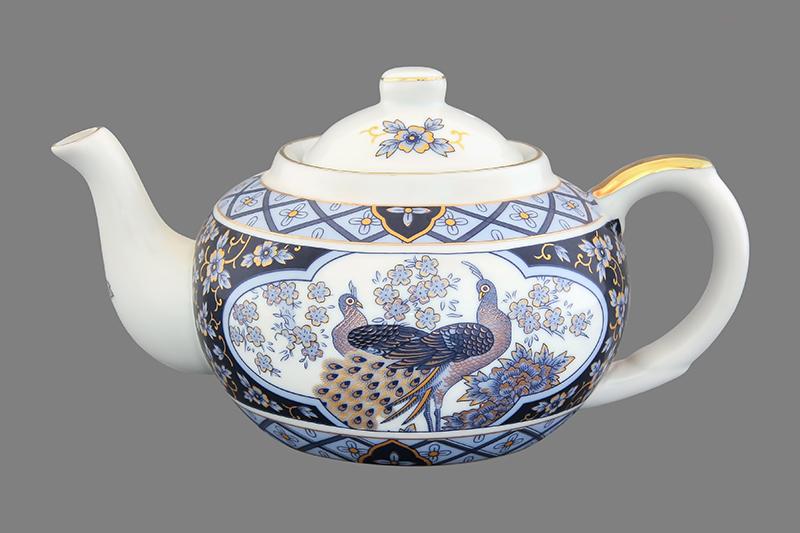 Чайник заварочный Elan Gallery Синий павлин, с ситом, 400 мл200035Заварочный чайник Elan Gallery Синий павлин изготовлен из высококачественной керамики с гладким глазурованным покрытием. Изделие декорировано красочным изображением павлинов и золотистой эмалью. Чайник снабжен съемным металлическим ситечком, удобной ручкой и широким носиком. В основании носика расположены фильтрующие отверстия от попадания чаинок в чашку. Изысканный заварочный чайник украсит сервировку стола к чаепитию. Благодаря красивому утонченному дизайну и качеству исполнения он станет хорошим подарком друзьям и близким. Диаметр (по верхнему краю): 6,5 см. Высота чайника (без учета крышки): 7 см.
