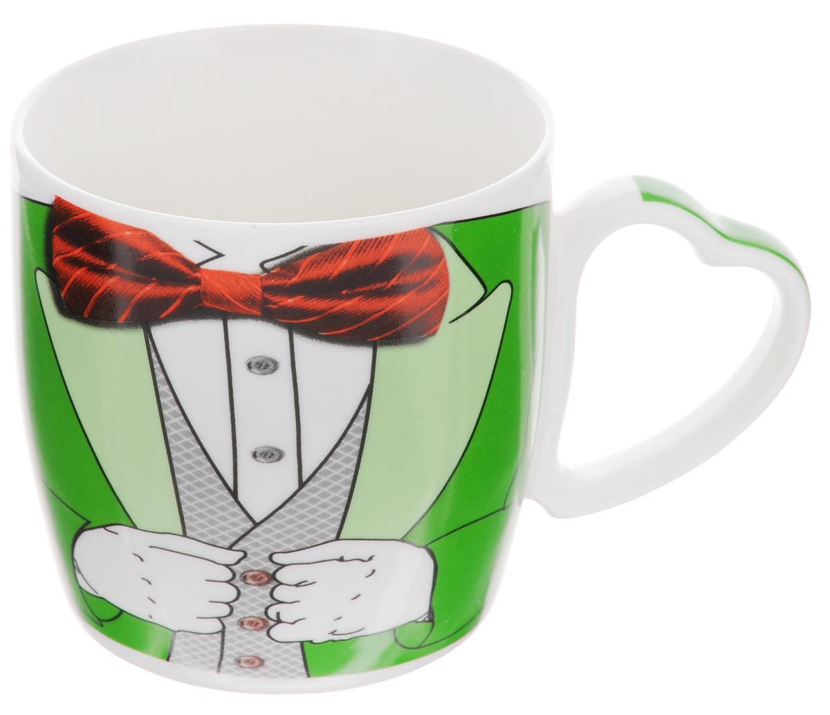 Кружка Loraine Джентльмен, 300 мл21558Кружка Loraine Джентльмен изготовлена из высококачественного фарфора. Изделие оформлено изображением зеленого мужского костюма с красной бабочкой. Ручка выполнена в форме сердца. Такая кружка станет приятным сувениром и обязательно порадует получателя. Объем: 300 мл. Диаметр (по верхнему краю): 8,5 см. Высота стенки: 8,5 см.