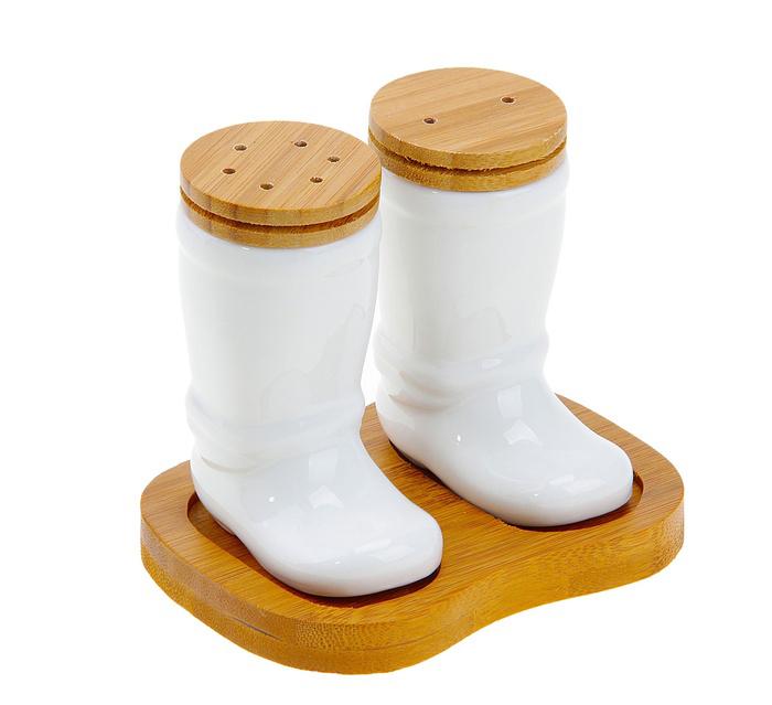 Набор для специй Elan Gallery Сапоги, 3 предмета540007Набор для специй Elan Gallery Сапоги состоит из перечницы, солонки и подставки. Емкости выполнены из керамики в виде сапог и снабжены деревянными крышками. Солонка и перечница легки в использовании: стоит только перевернуть емкости, и вы с легкостью сможете поперчить или добавить соль по вкусу в любое блюдо. Для емкостей предусмотрена специальная подставка. Дизайн, эстетичность и функциональность набора позволят ему стать достойным дополнением к кухонному инвентарю. Размер солонки/перечницы: 7 см х 4,5 см х 9 см. Размер подставки: 12 см х 9 см х 1 см.
