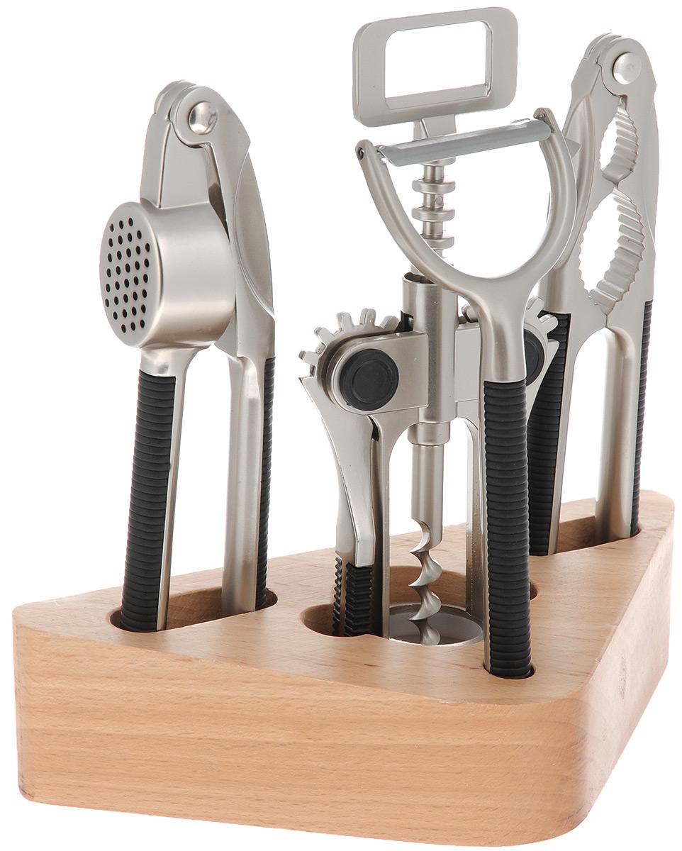 Набор кухонных принадлежностей Mayer & Boch, 5 предметов. 42164216Набор кухонных принадлежностей Mayer & Boch выполнен из высококачественной нержавеющей стали. Набор состоит из орехокола, чеснокодавки, ножа-пиллера, штопора и подставки. Стильная подставка выполнена из дерева. Для удобного использования рукоятки оснащены пластиковыми вставками, которые обеспечивают надежный хват. Эксклюзивный дизайн, эстетичность и функциональность набора Mayer & Boch позволят ему занять достойное место среди кухонного инвентаря. Размер штопора: 7 см х 3,5 см х 18 см. Размер орехокола: 16,5 см х 3,5 см х 1 см. Размер ножа-пиллера: 15,5 см х 5,5 см х 1 см. Длина лезвия ножа-пиллера: 4,5 см. Размер чеснокодавки: 17 см х 4 см х 2,5 см. Размер подставки: 19 см х 4,5 см х 8,5 см.