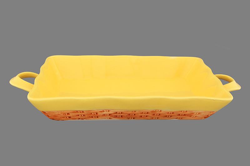 Хлебница Elan Gallery Плетенка, 34 х 16,5 х 4,5 см110775Изящная керамическая хлебница с ручками Elan Gallery Плетенка прекрасно подойдет к интерьеру любой кухни. Может использоваться не только для хлеба. Эксклюзивный дизайн, эстетичность и функциональность хлебницы позволят ей занять достойное место среди кухонного инвентаря.