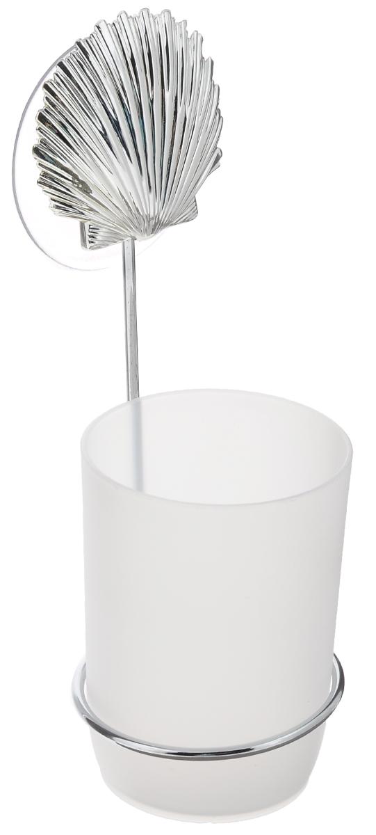 Стакан для ванной комнаты Fresh Code Море. Ракушка, с держателем, цвет: белый, серебристый56489_серебрситая ракушкаСтакан для ванной комнаты Fresh Code Море. Звезда изготовлен из высокопрочного матового пластика. Для стакана предусмотрен специальный держатель, выполненный из стали с хромированным покрытием. Держатель крепится к стене при помощи присоски, украшенной фигуркой в морском стиле. В стакане удобно хранить зубные щетки, пасту и другие принадлежности. Аксессуары для ванной комнаты стильно украсят интерьер и добавят в обычную обстановку яркие и модные акценты. Стакан идеально подойдет к любому стилю ванной комнаты. Размер стакана: 7 см х 7 см х 10 см. Высота держателя: 15 см.