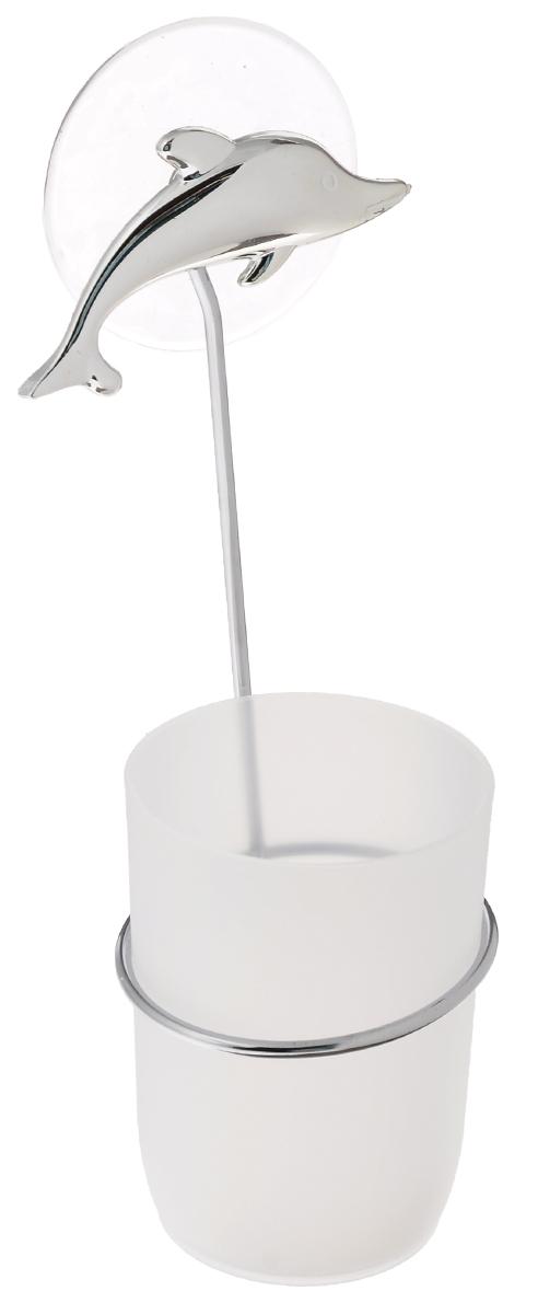 Стакан для ванной комнаты Fresh Code Море. Дельфин, с держателем, цвет: белый, серебристый56489_серебристый дельфинСтакан для ванной комнаты Fresh Code Море. Дельфин изготовлен из высокопрочного матового пластика. Для стакана предусмотрен специальный держатель, выполненный из стали с хромированным покрытием. Держатель крепится к стене при помощи присоски, украшенной фигуркой в морском стиле. В стакане удобно хранить зубные щетки, пасту и другие принадлежности. Аксессуары для ванной комнаты стильно украсят интерьер и добавят в обычную обстановку яркие и модные акценты. Стакан идеально подойдет к любому стилю ванной комнаты. Размер стакана: 7 см х 7 см х 10 см. Высота держателя: 15 см.