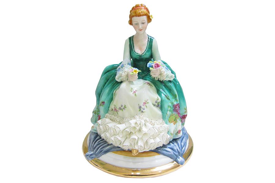 Статуэтка Albertini Девушка с цветами, высота 19 смAL-ELA10178B-SL-ALОчаровательная статуэтка Albertini Девушка с цветами станет оригинальным подарком для всех любителей стильных вещей. Изделие выполнено из высококачественного фарфора в виде изящной девушки в богатом пышном платье с цветами в руках. Изысканный сувенир станет прекрасным дополнением к интерьеру. Вы можете поставить статуэтку в любом месте, где она будет удачно смотреться и радовать глаз.