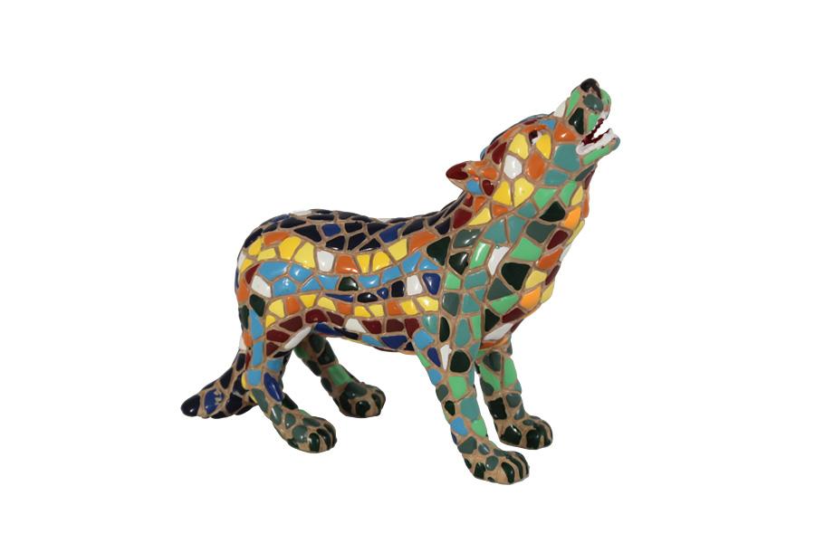 """Статуэтка Волк. BAR19569ALBAR19569ALКомпания Barcino была создана в Барселоне в 1998 году и с момента основания посвятила весь свой творческий потенциал и опыт исключительно миру мозаики. Художники компании создают скульптуры и статуэтки, используя знаменитую каталонскую технику """"тренкадис"""". """"Тренкадис"""" – это облицовка поверхности изделия кусочками керамической плитки, стекла и даже разбитой посуды. Эту популярную технику эпохи каталонского модернизма часто использовал знаменитый архитектор Антонио Гауди. Он предложил нетрадиционный метод использования керамики. Гауди покрывал трехмерные предметы глазурованными кусочками керамики различных форм и размеров и добивался тем самым потрясающего цветового сочетания."""