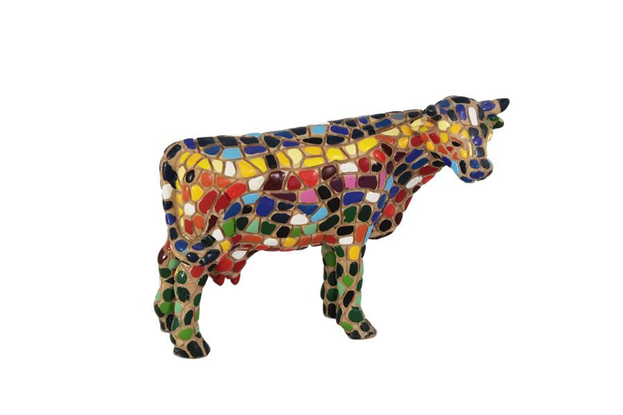 """Статуэтка Корова. BAR33909ALBAR33909ALКомпания Barcino была создана в Барселоне в 1998 году и с момента основания посвятила весь свой творческий потенциал и опыт исключительно миру мозаики. Художники компании создают скульптуры и статуэтки, используя знаменитую каталонскую технику """"тренкадис"""". """"Тренкадис"""" – это облицовка поверхности изделия кусочками керамической плитки, стекла и даже разбитой посуды. Эту популярную технику эпохи каталонского модернизма часто использовал знаменитый архитектор Антонио Гауди. Он предложил нетрадиционный метод использования керамики. Гауди покрывал трехмерные предметы глазурованными кусочками керамики различных форм и размеров и добивался тем самым потрясающего цветового сочетания."""