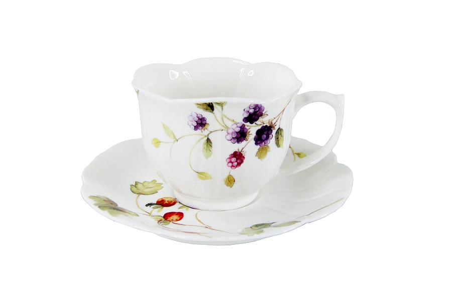 Чайная пара Colombo HD Лесные ягоды, 2 предметаC3-YW003-C0227-ALЧайная пара Colombo HD Лесные ягоды состоит из чашки и блюдца, изготовленных из высококачественного костяного фарфора. Яркий дизайн изделий, несомненно, придется вам по вкусу. Чайная пара Colombo HD Лесные ягоды украсит ваш кухонный стол, а также станет замечательным подарком к любому празднику. Рекомендуется мыть в теплой воде с применением мягких моющих средств. Объем чашки: 230 мл.