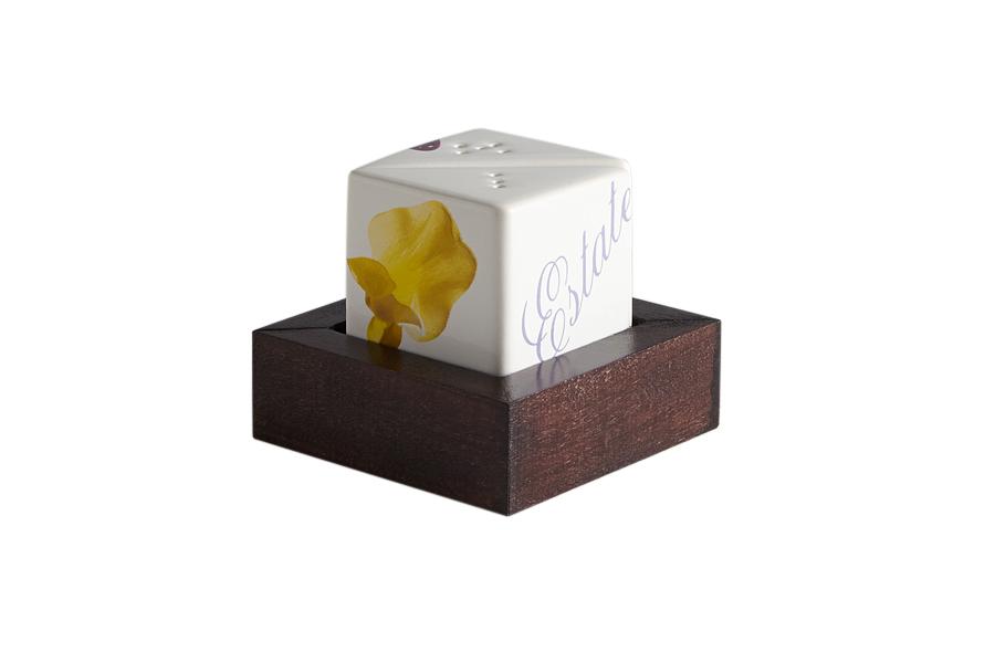 Набор для специй Ceramiche Viva Лето, 3 предметаCV2-43144-ALВеликолепный набор Ceramiche Viva Лето состоит из перечницы, солонки и подставки. Емкости выполнены из керамики. Подставка изготовлена из дерева. Емкости для специй просты в использовании: стоит только перевернуть емкости, и вы с легкостью сможете поперчить или добавить соль по вкусу в любое блюдо. Дизайн, эстетичность и функциональность набора позволят ему стать достойным дополнением к кухонному инвентарю. Не рекомендуется применять абразивные моющие средства. Не использовать в микроволновой печи.
