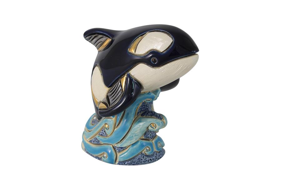 Статуэтка Кит-касатка. DERF139ALDERF139ALКерамические статуэтки домашних и диких животных De Rosa являются уникальными работами уругвайских мастеров. Каждое изделие имеет неповторимый и оригинальный вид: вручную вылеплено, вырезано, расписано, украшено эмалью, золотом в 18 карат и платиной, покрыто глазурью. Авторская работа, художественный талант и руки мастера гарантируют, что двух похожих друг на друга фигурок нет.