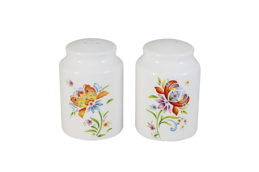 Набор для специй Imari Аквитания, 2 предметаIME0049-DA2099ALВеликолепный набор Imari Аквитания, выполненный из высококачественной керамики, состоит из перечницы и солонки. Изделия декорированы ярким цветочным изображением и имеют стильный внешний вид. Емкости для специй просты в использовании: стоит только перевернуть емкости, и вы с легкостью сможете поперчить или добавить соль по вкусу в любое блюдо. Дизайн, эстетичность и функциональность набора позволят ему стать достойным дополнением к кухонному инвентарю. Можно мыть в посудомоечной машине.