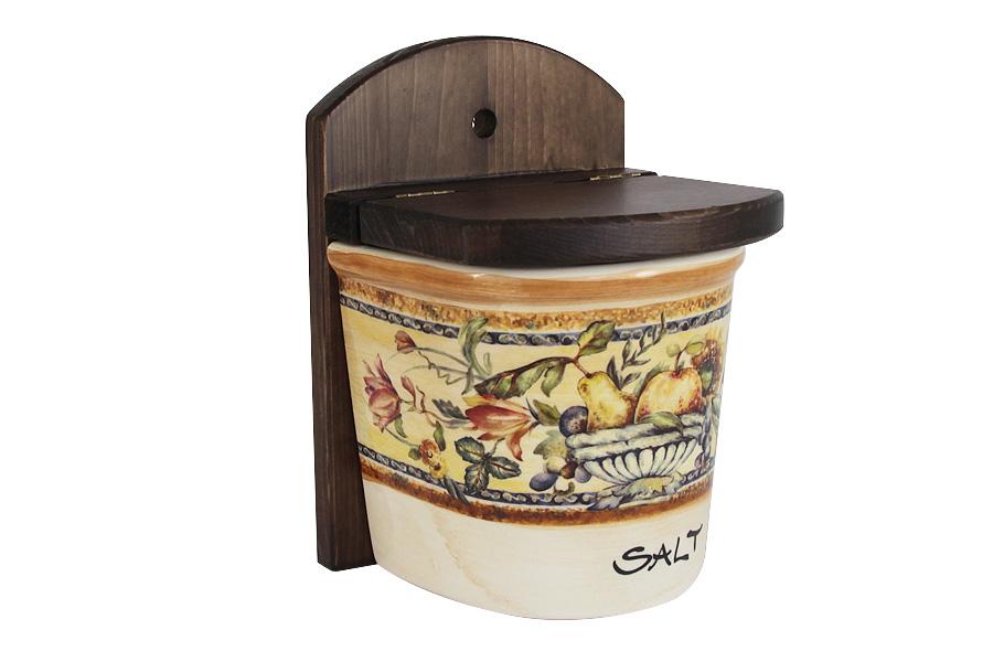 Банка для соли LCS Старая Тоскана, высота 30 смLCS871LN-OT-ALНастенная банка для соли LCS Старая Тоскана выполнена из высококачественной глазурованной керамики и оформлена изысканным изображением фруктов. Банка оснащена деревянной крышкой и вставкой с отверстием для подвешивания на стену. Такая банка идеально впишется в интерьер любой кухни и сделает готовку более комфортной, так как соль всегда будет под рукой. Мыть керамическую посуду рекомендуется теплой водой с небольшим количеством моющих средств. Лучше не использовать абразивные пасты и металлические мочалки. Допускается мытье в посудомоечной машине при соблюдении инструкции изготовителя посудомоечной машины. Посуда требует осторожности: защиты от сильного удара или падения. Высота банки: 30 см.