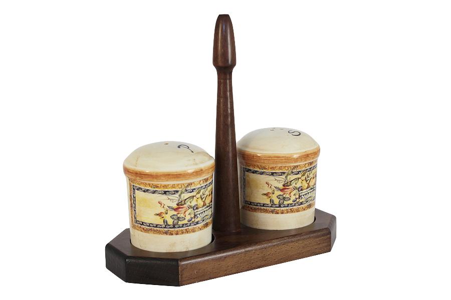 Набор для специй LCS Старая Тоскана, на подставке, 3 предметаLCS873L-OT-ALНабор для специй LCS Старая Тоскана, изготовленный из керамики, состоит из солонки и перечницы. Емкости декорированы изысканным изображением фруктов и помещаются на специальную деревянную подставку. Солонка и перечница легки в использовании: стоит только перевернуть емкости, и вы с легкостью сможете поперчить или добавить соль по вкусу в любое блюдо. Набор LCS Старая Тоскана не только украсит стол, но и станет полезным аксессуаром как на кухне, так и за праздничным столом. Размер солонки и перечницы: 7 х 7 х 8,5 см. Размер подставки: 19,5 х 9,5 х 19,5 см.