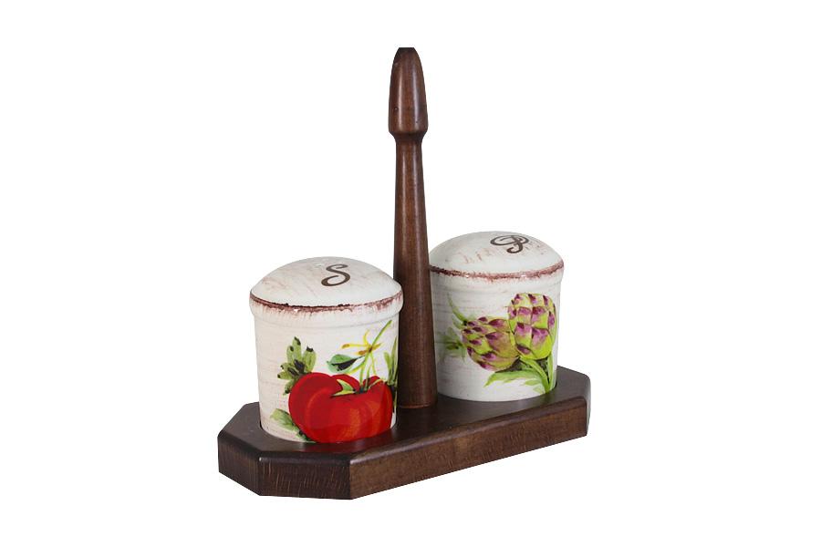 Набор для специй LCS Овощное ассорти, на подставке, 3 предметаLCS873L-VE-ALНабор для специй LCS Овощное ассорти, изготовленный из керамики, состоит из солонки и перечницы. Емкости декорированы изысканным изображением помещаются на специальную деревянную подставку. Солонка и перечница легки в использовании: стоит только перевернуть емкости, и вы с легкостью сможете поперчить или добавить соль по вкусу в любое блюдо. Набор LCS Овощное ассорти не только украсит стол, но и станет полезным аксессуаром как на кухне, так и за праздничным столом. Размер солонки и перечницы: 7 х 7 х 8,5 см. Размер подставки: 19,5 х 9,5 х 19,5 см.