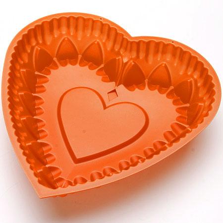 Форма для выпечки Mayer & Boch Сердце, силиконовая, цвет: оранжевый, 28 см х 28 см24634_оранжевыйФорма для выпечки Mayer & Boch Сердце изготовлена из высококачественного силикона в виде сердца. Силикон - материал, который выдерживает температуру от -40°С до +230°С. Изделия из силикона очень удобны в использовании: пища в них не пригорает и не прилипает к стенкам, форма легко моется. Приготовленное блюдо можно очень просто вытащить, просто перевернув форму, при этом внешний вид блюда не нарушится. Изделие обладает эластичными свойствами: складывается без изломов, восстанавливает свою первоначальную форму. Порадуйте своих родных и близких любимой выпечкой в необычном исполнении. Подходит для приготовления в микроволновой печи и духовом шкафу при нагревании до +230°С; для замораживания до -40°. Можно мыть в посудомоечной машине.
