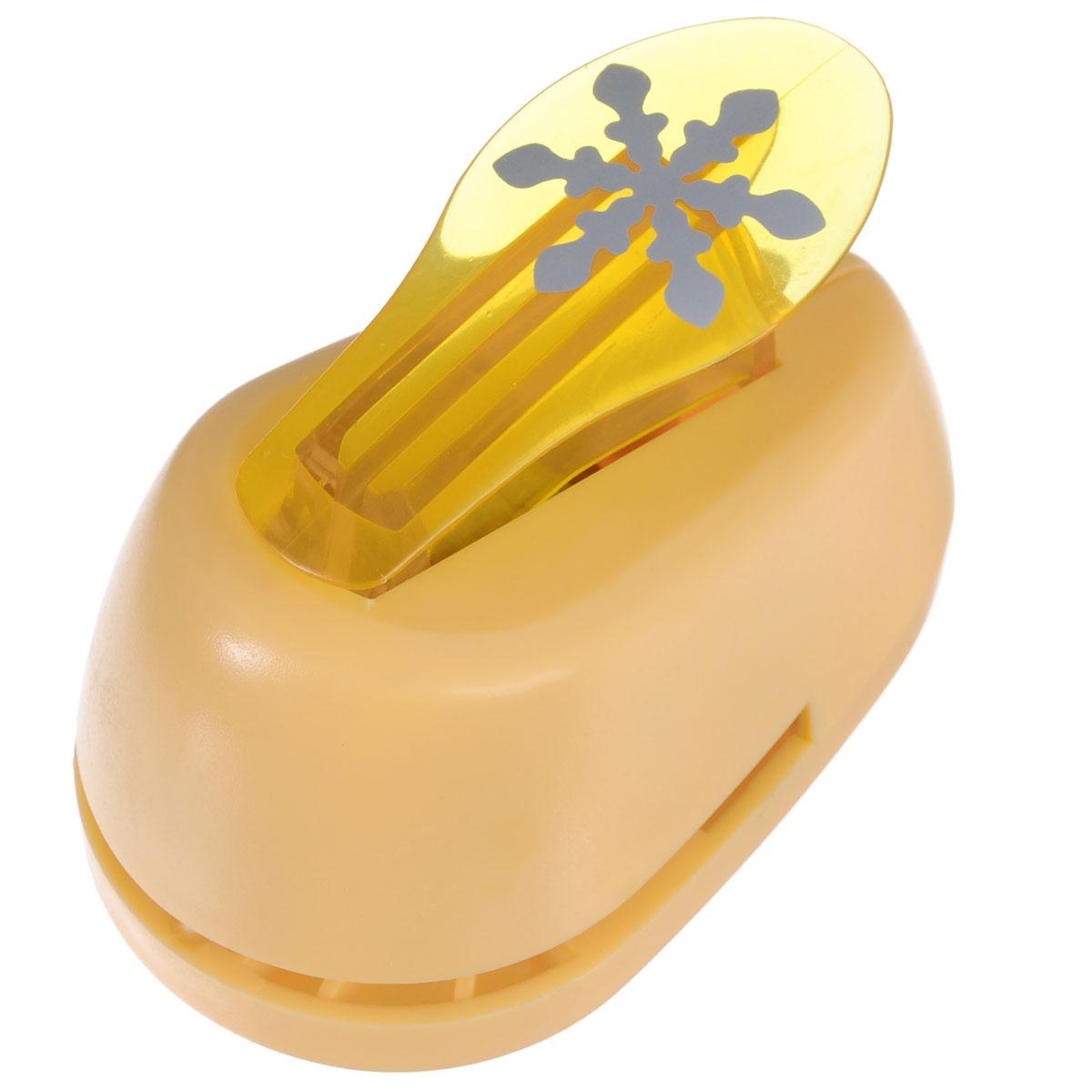 Дырокол фигурный Hobbyboom Снежинка, цвет: желтый, №203, 2,5 смCD-99M-203_желтыйДырокол фигурный Hobbyboom Снежинка, выполненный из прочного пластика и металла, используется в скрапбукинге для украшения открыток, карточек, коробочек и прочего. Применяется для прорезания фигурных отверстий в бумаге в форме снежинки. Вырезанный элемент также можно использовать для украшения. Предназначен для бумаги плотностью от 80 до 200 г/м2. При применении на бумаге большей плотности или на картоне, дырокол быстро затупится. Чтобы заточить нож компостера, нужно прокомпостировать самую тонкую наждачку. Диаметр готовой фигурки: 2,5 см.