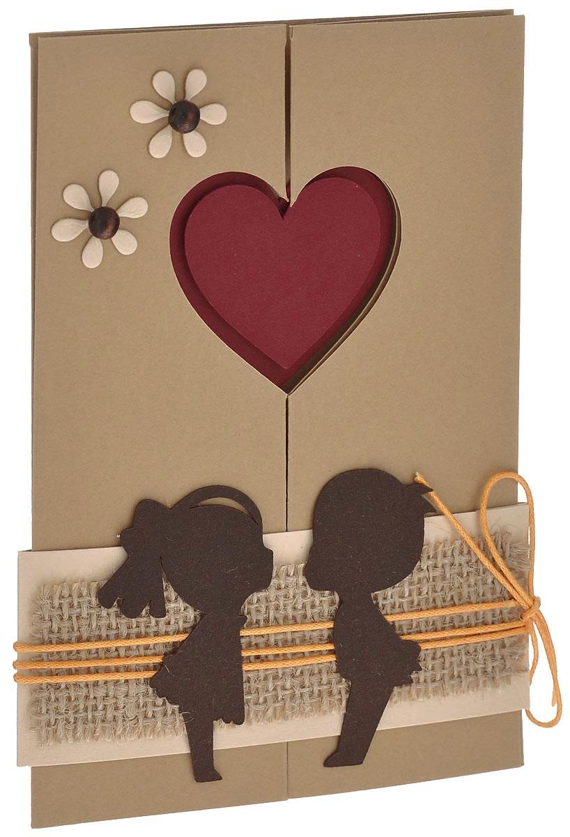 Открытка ручной работы Парочка, с конвертом. Автор Татьяна Саранчукова. PLUS-011PLUS-011Открытка ручной работы Парочка, выполненная с теплом и любовью, позволит вам оригинально дополнить подарок. Открытка изготовлена из дизайнерской плотной бумаги. Лицевая сторона, состоящая из двух раскрывающихся створок, оформлена двумя цветками с сердцевиной в виде деревянных бусин. Центр открытки представляет собой объемную накладку в виде сердца. Открытка имеет фиксатор, декорированный джутовым шпагатом, элементами в виде силуэтов мальчика и девочки, а также текстильным шнурком. Внутри изделие не содержит текста, что позволит вам самостоятельно написать пожелание. Открытка непременно порадует получателя и станет отличным напоминанием о проведенном вместе времени. В комплект входит белый конверт. Открытка упакована в пакет для сохранности. Размер открытки: 15 см х 10 см. Размер конверта: 16 см х 11,5 см.