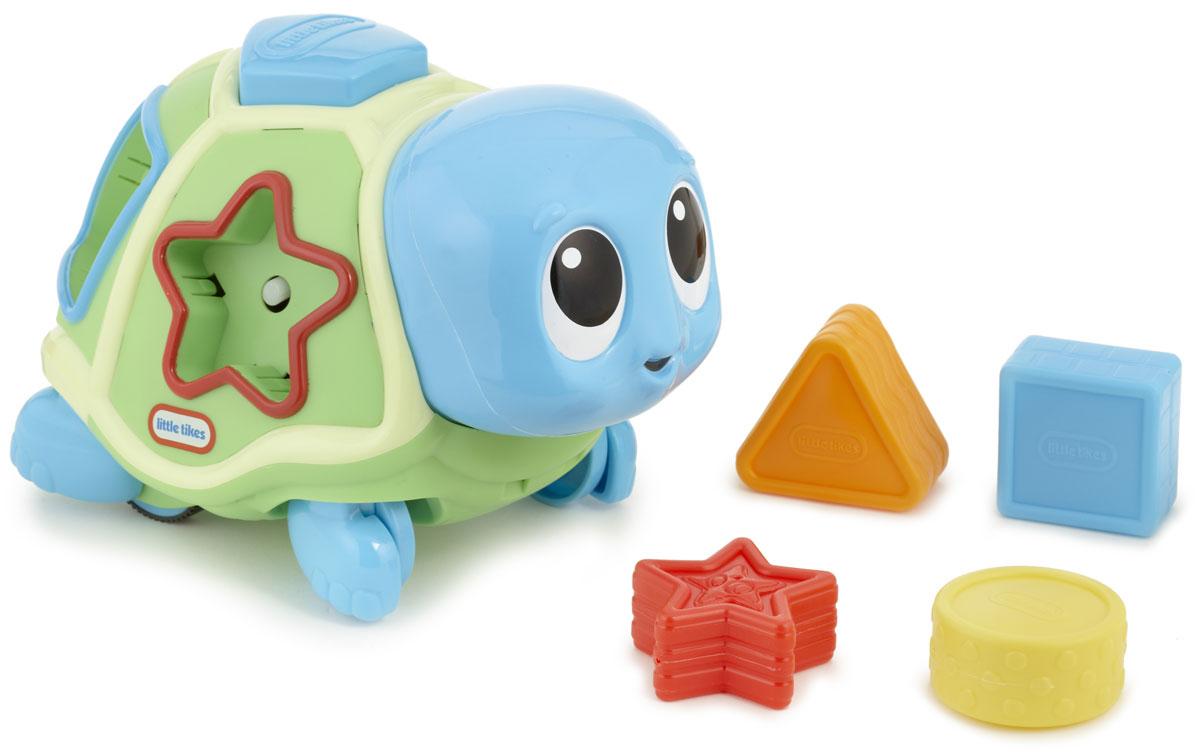 Little Tikes Развивающая игрушка-сортер Ползающая черепаха638497Развивающая игрушка-сортер Little Tikes Ползающая черепаха - чудесная музыкальная игрушка для малышей от 6 месяцев. Она выполнена из безопасного материала в виде забавной черепашки. В панцире игрушки находятся отверстия для 5 фигурок разной формы, входящих в комплект. При нажатии на голову черепаха начинает ползать зиг-загами под приятную музыку. Остановившись, игрушка выбрасывает все фигурки, а ребенок должен их собрать и установить на свои места. Чтобы начать игру заново, установите все фигурки в панцирь черепашки и снова нажмите на ее голову. Игрушка помогает ребенку успешно осваивать основные навыки: ползать, стоять, ходить. Способствует развитию координации, сенсорики, формированию причинно-следственной связи. Необходимо докупить 3 батарейки напряжением 1,5V типа AA/LR6 (не входят в комплект).