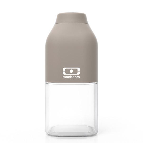Бутылка MB Positive 0,33 л серая. 1011 01 1101011 01 110Наполовину полон или наполовину пуст? Известная шутка со стаканом измеряет оптимизм, ну а бутылка от Monbento им наполняет, даря заряд позитива и хорошего настроения. Прозрачная половинка плюс цветная крышка из приятного прорезиненного пластика – получается идеальная бутылка небольшого размера, но отличной вместимости. Многоразовая бутылка вместимостью 330 мл пригодится в спортзале, на прогулке, дома, на даче – в общем, везде! Забудьте про одноразовые пластиковые ёмкости – они не красивые, да и засоряют окружающую среду. А такая красота в руках точно привлечет взгляды окружающих. Герметично закрывается. Изготовлена из безопасного пищевого пластика (BPA free). Можно мыть в посудомоечной машине.