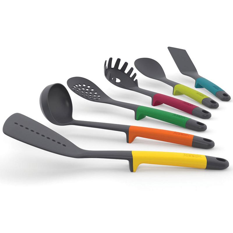 Набор кухонных инструментов Elevate Multi. 1011910119Запатентованный дизайн Joseph Joseph. Серия Elevate помогает сохранить чистоту во время приготовления пищи. В ручку каждого инструмента встроен утяжелитель и держатель. Таким образом, грязная часть всегда остается на весу, и вы никогда не испачкаете поверхность стола. В наборе 6 инструментов: широкая лопатка-шумовка, половник, гибкая лопатка, ложка-шумовка, ложка для спагетти, кулинарная ложка. Рабочая поверхность лопаток выдерживает до 200° С, эргономичные термостойкие ручки из силикона - до 270° С. Инструменты можно мыть в посудомоечной машине, подставку - протирать влажной тканью.