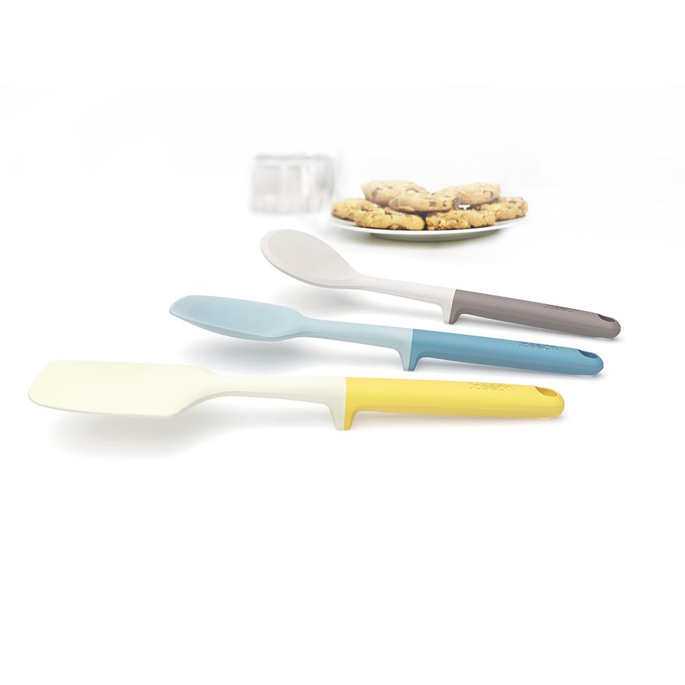 Набор для выпечки Elevate Baking Set мульти. 1013110131Запатентованный дизайн Joseph Joseph. Серия Elevate помогает сохранить чистоту во время приготовления пищи. В ручку каждого инструмента встроен утяжелитель и держатель. Таким образом, грязная часть всегда остается на весу, и вы никогда не испачкаете поверхность стола. Кроме того, эти инструменты стильные, приятных цветов и изготовлены из прочного современного материала, не повреждающего деликатные поверхности посуды. В наборе 3 инструмента: силиконовые лопатка для жидкого теста, ложка для крутого теста и лопатка для печений - с её помощью удобно снимать их с противня. Все инструменты можно мыть в посудомоечной машине.