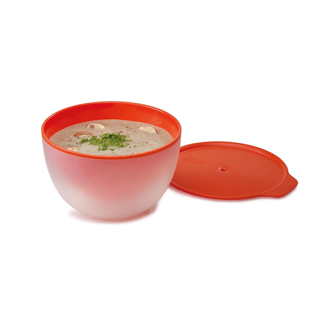 Пиала с двойными стенками M-Cuisine оранжевая. 4500445004Главная проблема, с которой сталкиваются люди, пользующиеся микроволновой печью – ёмкость для приготовления тоже нагревается, и её иногда просто невозможно взять в руки. Бренд Joseph Joseph, известный гениальными идеями для дома и кухни, придумал простое решение. Эта пиала M-Cuisine™ Cool - touch имеет двойные стенки, и когда внутренняя нагревается, наружная остаётся холодной. Не понадобятся кухонные перчатки или полотенце! Идеально подходит для разогревания супа и рагу, благодаря плотной крышке с отверстием для выхода пара. Можно мыть в посудомоечной машине.