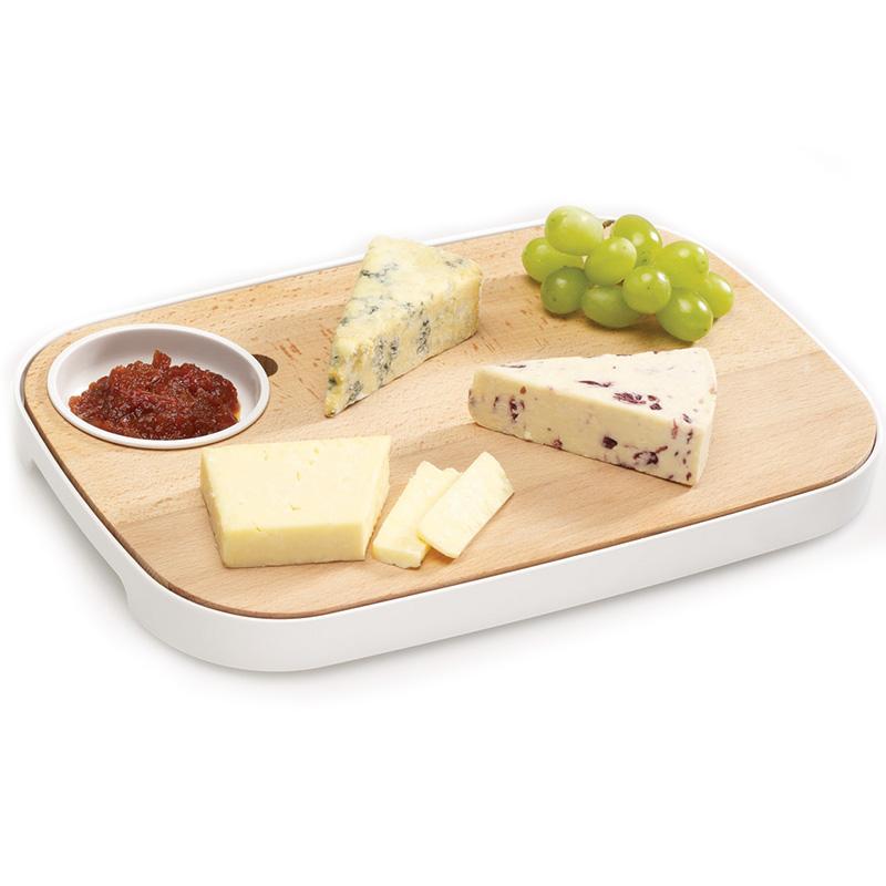 Доска для сервировки хлеба и сыра Slice&Serve. 7007570075Эта универсальная доска-поднос может выполнять несколько функций и обеспечит красивую и комфортную подачу пищи. Доска из высококачественного бука, находится внутри лотка со съемной мисочкой. Одна сторона доски гладкая - идеальна для нарезания сыра или других продуктов, вторая с пазами - для нарезки хлеба. Лоток имеет ручки для переноски и нескользящие ножки. Съемное блюдечко предназначается для соусов, масла, приправ. Упрощайте процессы приготовления и хранения простыми способами! Доску желательно мыть вручную, лоток можно в посудомоечной машине.