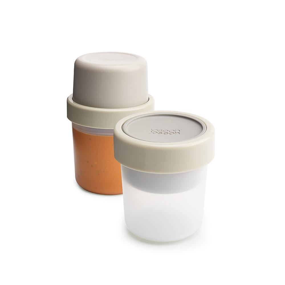 Ланч-бокс для супа компактный GoEat серый. 8102881028Новая линейка универсальных контейнеров GoEat с отдельными ёмкостями для разных продуктов специально разработана для того, чтобы вы могли брать с собой в офис или на прогулку разные блюда для полноценного обеда. Герметичный контейнер Space-saving soup pot, специально разработан, чтобы вы могли брать с собой ваш любимый суп или рагу. Основное отделение вмещает полноценную порцию 600 мл, а в верхнее отделение вы можете положить гренки или хлеб - идеальное дополнение к первому блюду. Все контейнеры имеют герметичную силиконовую крышку и надёжное блокирующее кольцо, что гарантирует сохранность продуктов и обезопасит от протекания. Когда контейнеры пустые, они легко складываются друг в друга для удобной переноски. Верхняя ёмкость - 300 мл Нижняя ёмкость - 600 мл Можно мыть в посудомоечной машине. Контейнеры можно разогревать в микроволновой печи, предварительно удалив кольцо и крышку.