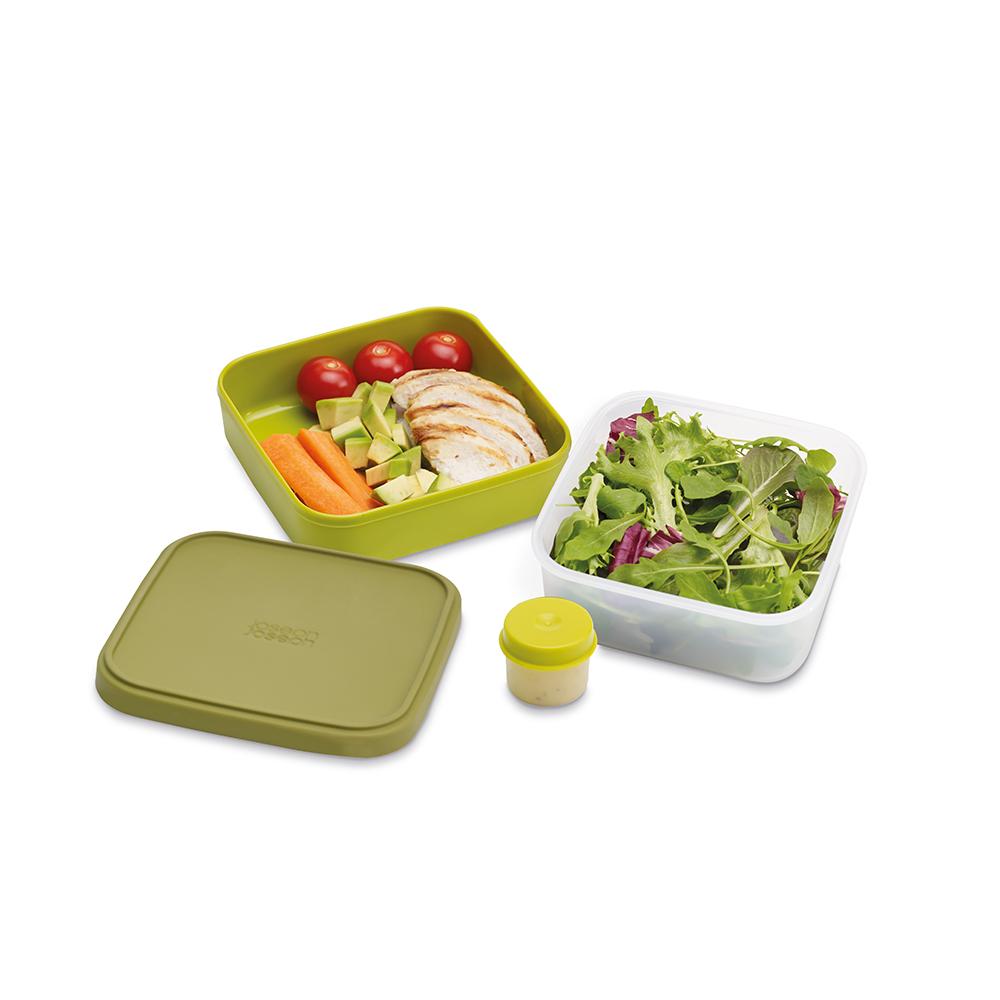 Ланч-бокс для салатов компактный GoEat зелёный. 8102981029Новая линейка универсальных контейнеров GoEat с отдельными ёмкостями для разных продуктов специально разработана для того, чтобы вы могли брать с собой в офис или на прогулку разные блюда для полноценного обеда. Компактный контейнер для салатов Space-saving salad box иделаьно подходит для салатов. В верхнюю ёмкость можно положить свежие листья и зелень, в нижнюю основную - другие ингредиенты (овощи, курицу, рыбу и т.д.). Для переноски соуса есть отдельная капсула. Все контейнеры имеют герметичную силиконовую крышку и надёжное блокирующее кольцо, что гарантирует сохранность продуктов и обезопасит от протекания. Когда контейнеры пустые, они легко складываются друг в друга для удобной переноски. Верхняя ёмкость - 400 мл Нижняя ёмкость - 700 мл Капсула для соуса - 20 мл Можно мыть в посудомоечной машине. Контейнеры можно разогревать в микроволновой печи, предварительно удалив кольцо и крышку.