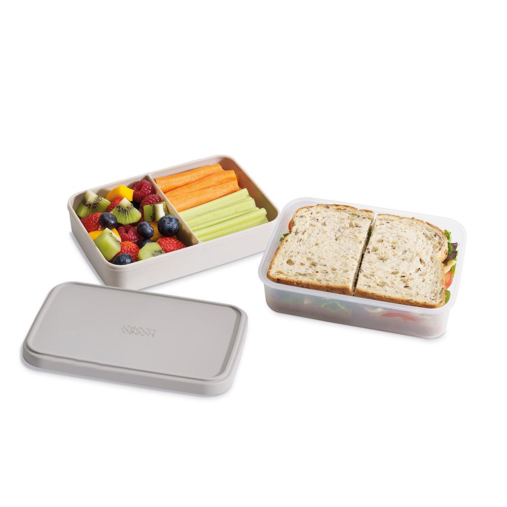 Ланч-бокс компактный GoEat серый. 8103281032Новая линейка универсальных контейнеров GoEat с отдельными ёмкостями для разных продуктов специально разработана для того, чтобы вы могли брать с собой в офис или на прогулку разные блюда для полноценного обеда. Ланч-бокс Space-saving lunch box - прекрасная альтернатива обычным пластиковым контейнерам. Большой нижний контейнер для основных блюд и сендвичей, верхний контенер с разделителем для ягод, фруктов, десертов, орехов и т.д. Вы можете брать с собой сразу несколько блюд и не смешивать их друг с другом. Все контейнеры имеют герметичную силиконовую крышку и надёжное блокирующее кольцо, что гарантирует сохранность продуктов и обезопасит от протекания. Когда контейнеры пустые, они легко складываются друг в друга для удобной переноски. Верхняя ёмкость - 500 мл Нижняя ёмкость - 700 мл Можно мыть в посудомоечной машине. Контейнеры можно разогревать в микроволновой печи, предварительно удалив кольцо и крышку.