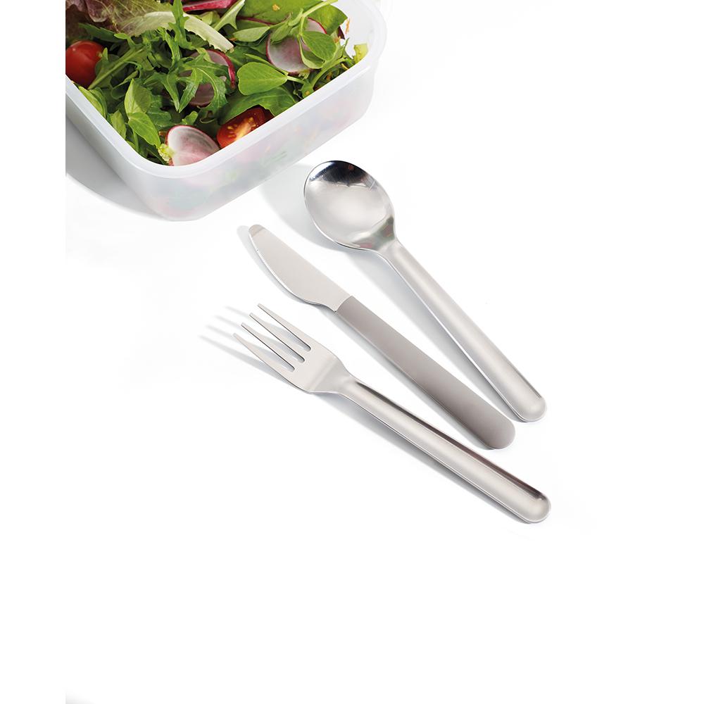 Набор столовых приборов GoEat Cutlery Set серый. 8103481034Обычно, чтобы съесть обед из контейнера где-то вне дома, мы используем одноразовые пластиковые приборы, которые не всегда хорошо справляются с задачей, к тому же это зачастую неудобно и даже вредно. Не нужно выбирать между удобством и качеством - и то, и другое сочетается в наборе GoEat™ Cutlery Set из нержавеющей стали. Он включает в себя нож с магнитной рукояткой, вилку и ложку, выглядит стильно, достаточно компактен. Также к набору прилагается специальный силиконовый чехол для удобной переноски и содержания приборов в чистоте до и после использования. Можно мыть в посудомоечной машине.