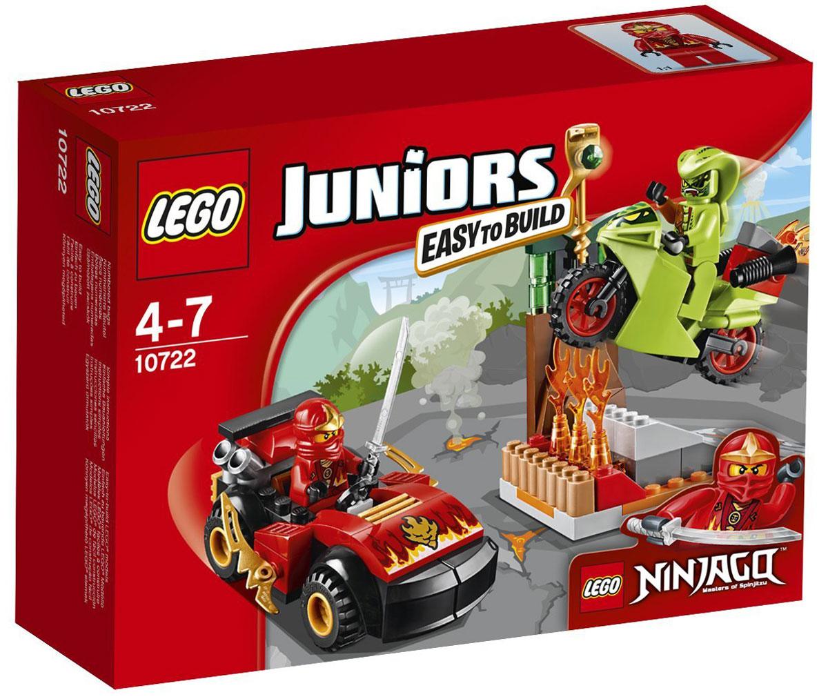 LEGO Juniors Конструктор Схватка со змеями 1072210722Злобный змей Лаша хочет заполучить золотой змеиный посох, поэтому нужно помочь Каю победить его! Используй машину Кая и меч ниндзя, чтобы сразиться со злодеем. Конструктор LEGO Juniors Схватка со змеями включает в себя 92 разноцветных пластиковых элемента с двумя фигурками. Конструктор - это один из самых увлекательных и веселых способов времяпрепровождения. Ребенок сможет часами играть с конструктором, придумывая различные ситуации и истории.