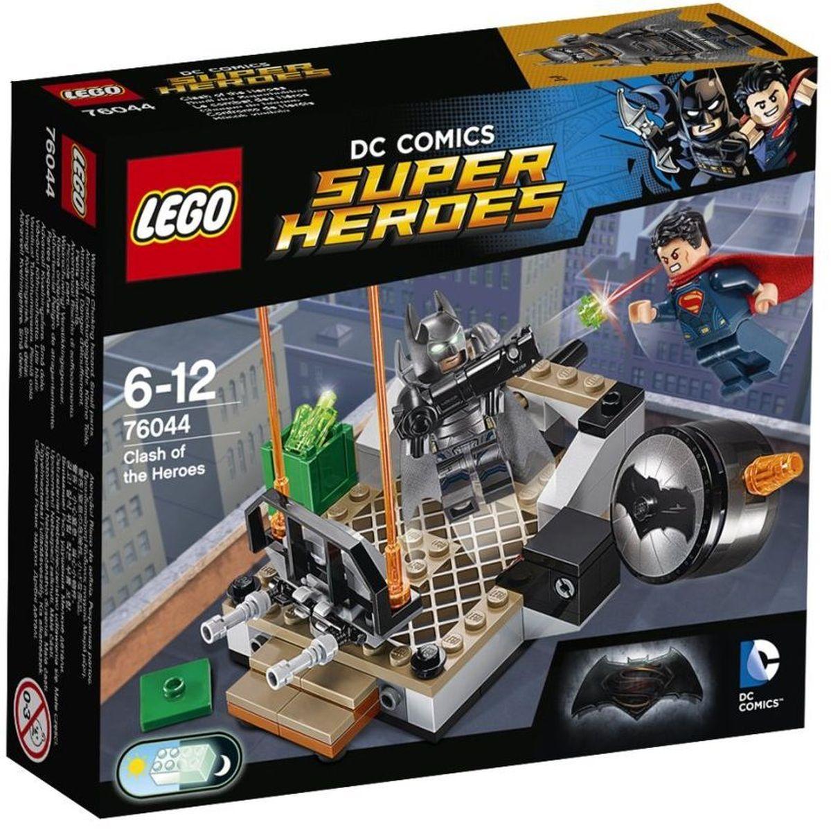 LEGO Super Heroes Конструктор Битва супергероев 7604476044У Бэтмена в костюме-броне светящиеся в темноте глаза, и он любит пострелять из своей базуки. Круши барьеры с помощью суперджампера Супермена и взрывай Бэтсигнал. Но будь осторожен: Бэтмен в костюме-броне может пуститься с крыши в любой момент! Кто одержит победу в схватке героев? Только тебе решать! Конструктор LEGO Super Heroes Битва супергероев включает в себя 92 разноцветных пластиковых элемента с двумя фигурками супергероев. Конструктор - это один из самых увлекательных и веселых способов времяпрепровождения. Ребенок сможет часами играть с конструктором, придумывая различные ситуации и истории.