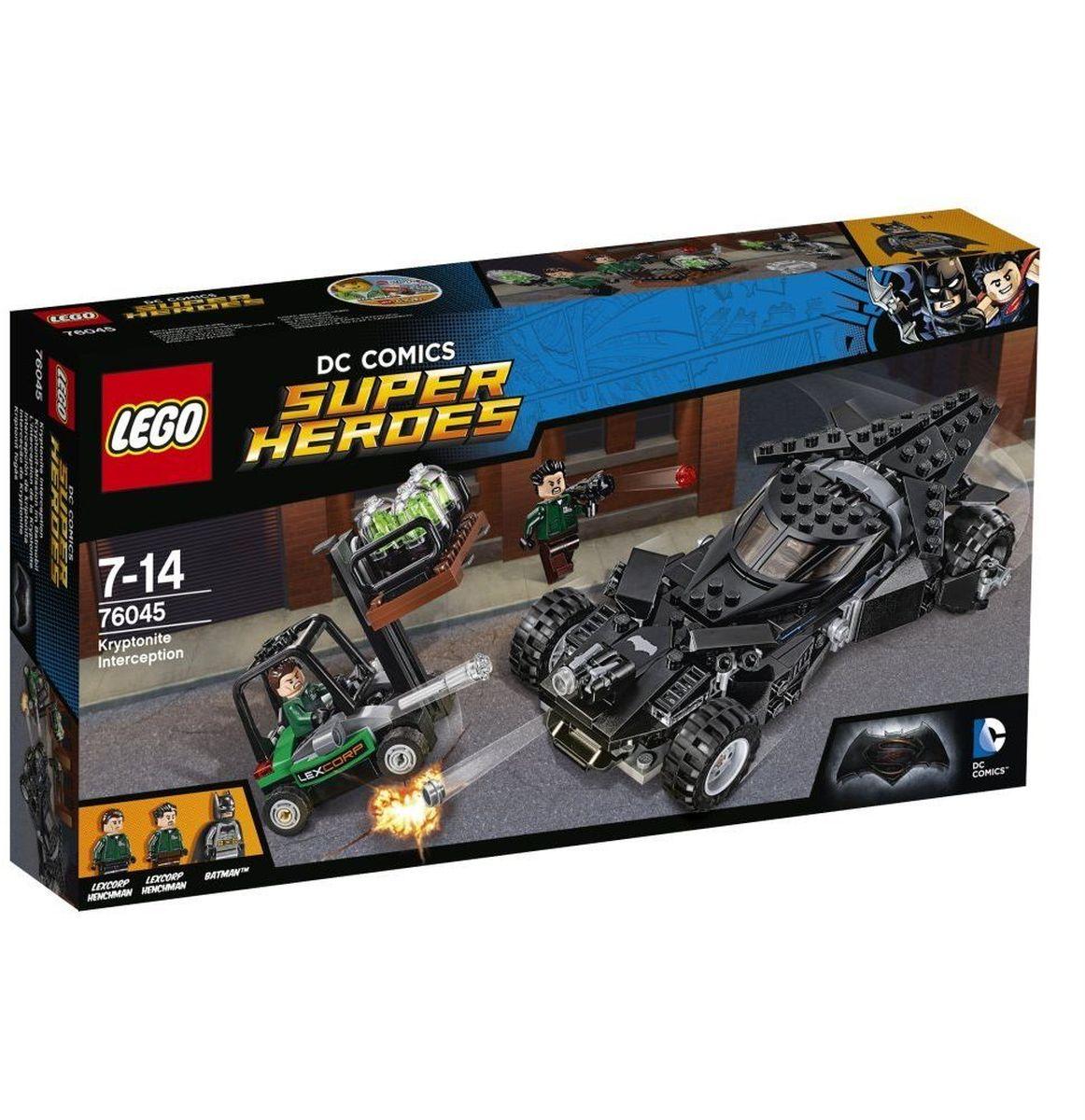 LEGO Super Heroes Конструктор Перехват криптонита 7604576045Спеши вместе с Бэтменом к пристани, где приспешники LexCorp грузят криптонит. Стреляй из шипованных шутеров Бэтмобиля и уворачивайся от маневренных ракет вильчатого погрузчика. Открой двери Бэтмобиля и начни атаку с помощью серебряного бэтаранга Бэтмена. Взорви криптонит из погрузчика и уворачивайся от выстрелов базуки бандитов. Удастся ли Бэтмену сбежать со своим токсичным грузом? Конструктор LEGO Super Heroes Перехват криптонита включает в себя 306 разноцветных пластиковых элементов с тремя фигурками. Конструктор - это один из самых увлекательных и веселых способов времяпрепровождения. Ребенок сможет часами играть с конструктором, придумывая различные ситуации и истории.