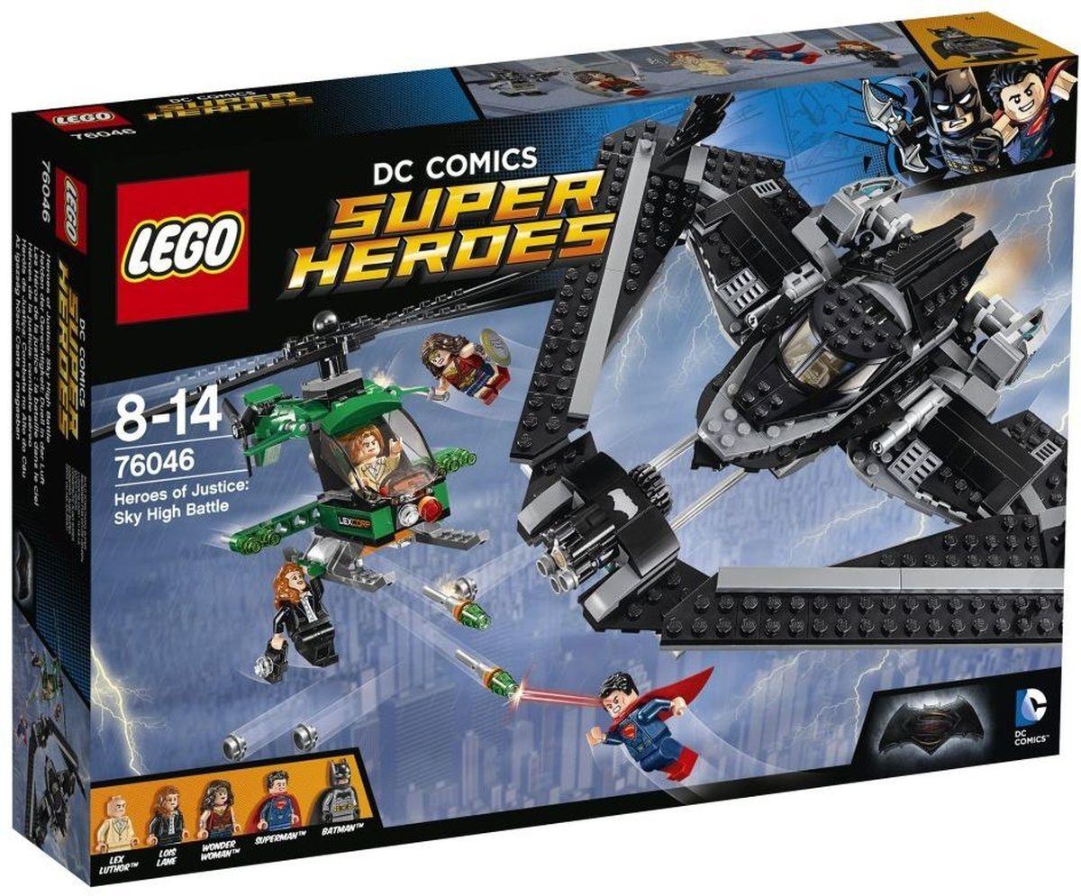 LEGO Super Heroes Конструктор Поединок в небе 7604676046Объедини силы с Супергероями, чтобы бросить вызов Лексу Лютору в захватывающей битве высоко в небе над Метрополисом. Запусти Бэтмолёт с Бэтменом в кабине и разверни крылья. Отправляйся в полёт вместе с Суперменом и Чудо-женщиной, чтобы спасти Лоис от падения. Уворачивайся от криптонитовых маневренных ракет вертолета LexCorp и стреляй в ответ из потрясающего скорострельного шутера Бэтмолёта. Затем перенеси битву на улицы города, действуя захватным крюком Бэтмена. Конструктор LEGO Super Heroes Поединок в небе включает в себя 517 разноцветных пластиковых элементов с пятью фигурками. Конструктор - это один из самых увлекательных и веселых способов времяпрепровождения. Ребенок сможет часами играть с конструктором, придумывая различные ситуации и истории.