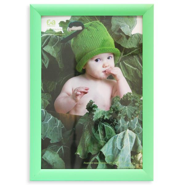 Фоторамка Vertigo Eva Freya, цвет: зеленый, 21 х 30 см20040 WF2014EF_зеленыйФоторамка Vertigo Eva Freya выполнена в классическом стиле из натурального дерева и стекла, защищающего фотографию. Оборотная сторона рамки оснащена специальной ножкой, благодаря которой ее можно поставить на стол или любое другое место в доме или офисе. Также на изделии имеются специальные крепления для подвешивания. Такая фоторамка поможет вам оригинально и стильно дополнить интерьер помещения, а также позволит сохранить память о дорогих вам людях и интересных событиях вашей жизни.